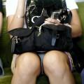 【アダルト盗撮】電車で対面に座ったミニスカ女子のパンティー盗撮したった!