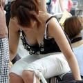 【アダルト胸チラ】街中で見つけた素人娘の胸チラ画像にフル勃起!