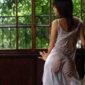 【濡れ透けエロ画像】女の子の着衣がびしょ濡れで着衣の下が透っけ透け!