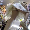 【パンチラ逆さ撮りエロ画像】スカートの中身を真下から狙った逆さ撮り!