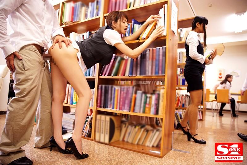 【レイプエロ画像】声を出したら即バレ強姦www究極シチュで犯される淫乱美女がクッソ抜けるwww03