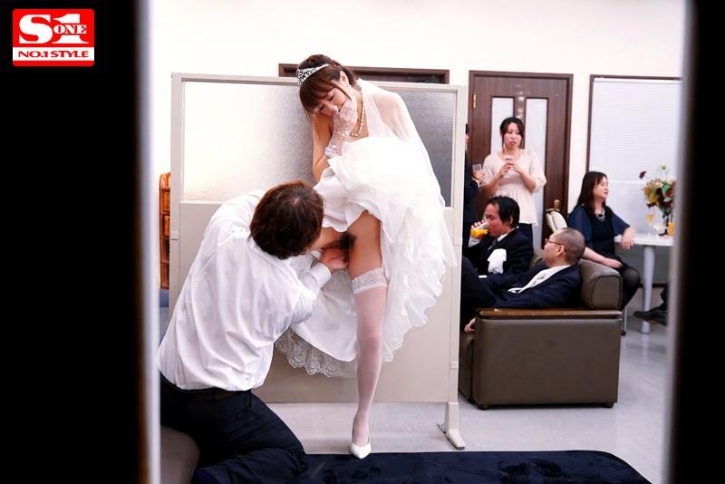 【レイプエロ画像】声を出したら即バレ強姦www究極シチュで犯される淫乱美女がクッソ抜けるwww05