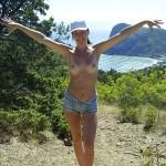 【海外野外露出エロ画像】海外の女の子たちの真っ白な肌が映える!野外ヌード!