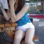 【街撮りパンチラエロ画像】街中で見かけたハプニング!素人娘のパンツがチラリ!