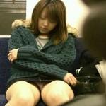【電車内盗撮エロ画像】電車内でパンチラ、胸チラしている女子を盗撮したったww