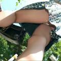 【ローアングルエロ画像】ローアングルから女の子のスカートの内部を狙ってみたww