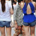 【ホットパンツエロ画像】街中をこんな太ももムキだしで歩くとか誘ってんのか?ww