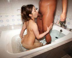 【全裸フェラエロ画像】素っ裸で入れてもらえる事を待ち望む女のフェラチオ