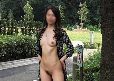 【野外露出エロ画像】屋外で大胆に着衣を脱ぎさる素人娘たちが過激すぎるwww