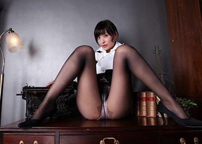 【M字開脚エロ画像】女の子の股間を見せるポーズならこれほど理にかなったポーズはない!