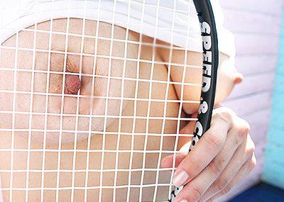 【テニスウェアエロ画像】テニスウェア着たお嬢様系美少女が汗ばんだエッロいおっぱい露出してラケットでオナニーww