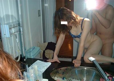 【素人投稿エロ画像】素人カップルの鏡撮りのセックス画像がプロ顔負けのエロさ!