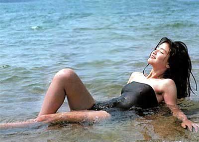 【80sグラビアエロ画像】昭和のアイドルグラビアの水着って布薄すぎませんかww?乳首わかっちゃうのがデフォルトかと思わせる画像集